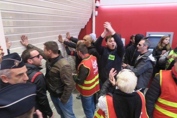 « On veut le pognon ! » Ce 9 janvier à Nice, des manifestants envahissent la Société Générale
