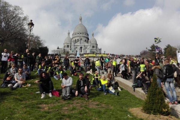 A Paris, des milliers de Gilets jaunes défendent leur droit à manifester malgré les intimidations du gouvernement