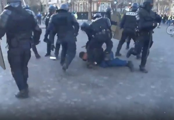 VIDEO. Paris. Un policier met un coup de pied dans le visage d'un manifestant maintenu à terre