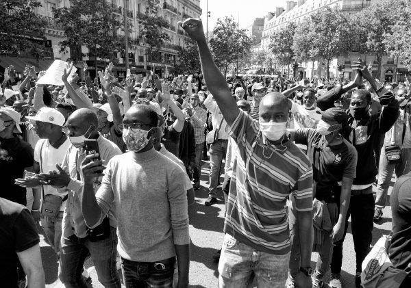Malgré l'interdiction, plus de 10.000 manifestants à Paris pour exiger la régularisation de tous les sans-papiers !
