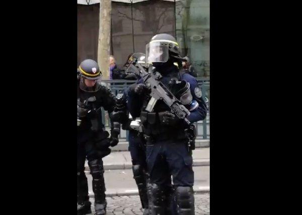 VIDEO. Pour l'Acte 9 des Gilets jaunes, des CRS armés de fusil d'assaut automatique HK G36