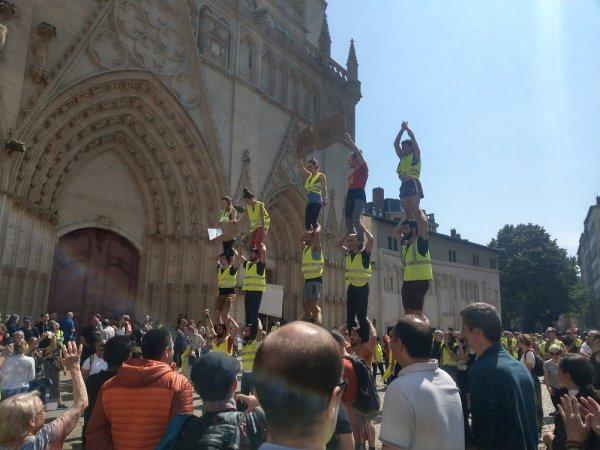 Lyon. Nassés, des Gilets jaunes forment une pyramide géante pour réclamer leur libération