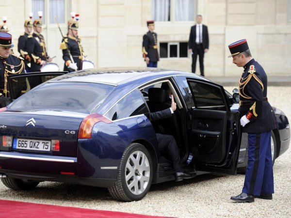 Macron offre une voiture et un chauffeur à vie aux anciens premiers ministres