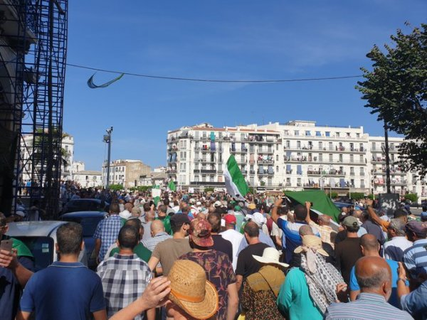 Malgré la répression, les Algériens continuent à manifester en masse pour dégager le « système » et sa politique pro-impérialiste