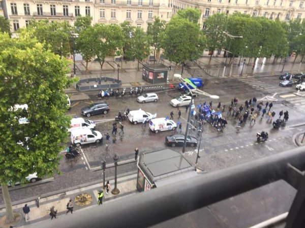 Manif de policiers : 40 flics sur les Champs, pas de répression et des JT en boucle