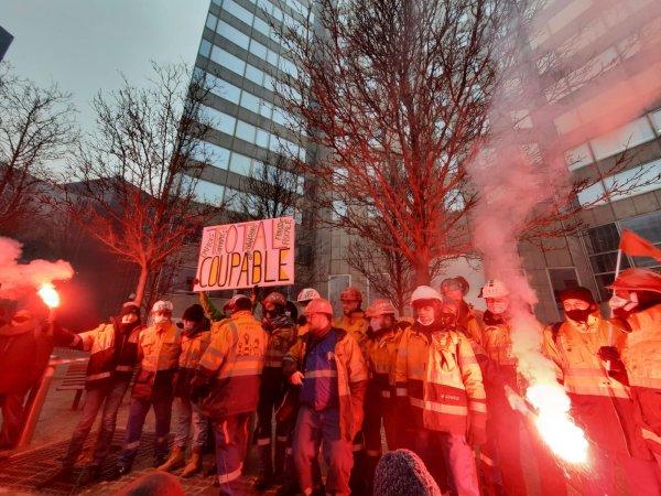 « On va lutter pour l'emploi jusqu'à la fin ». Grévistes, écolos et soutiens rassemblés devant Total