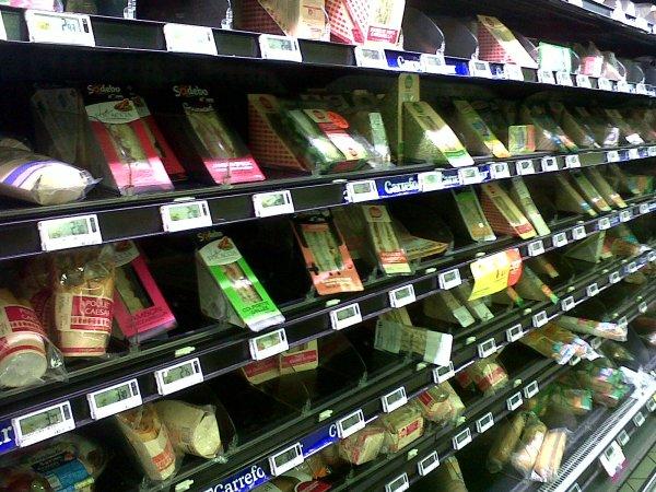 Carrefour : licenciée pour avoir accepté des sandwichs périmés...